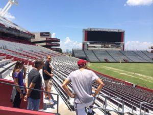 Visitando o estádio de football com o meu pai, o técnico assistente (Jeff Nevolo) e o Thiago Pinheiro.